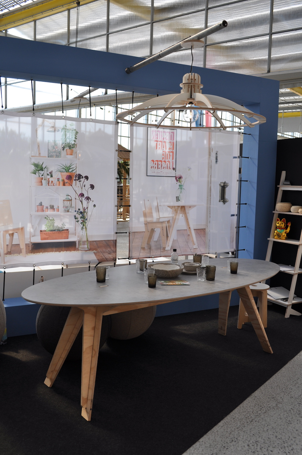 Styling ID Beurzen en evenementen showUP najaarseditie verrast Slideart tafel en lamp