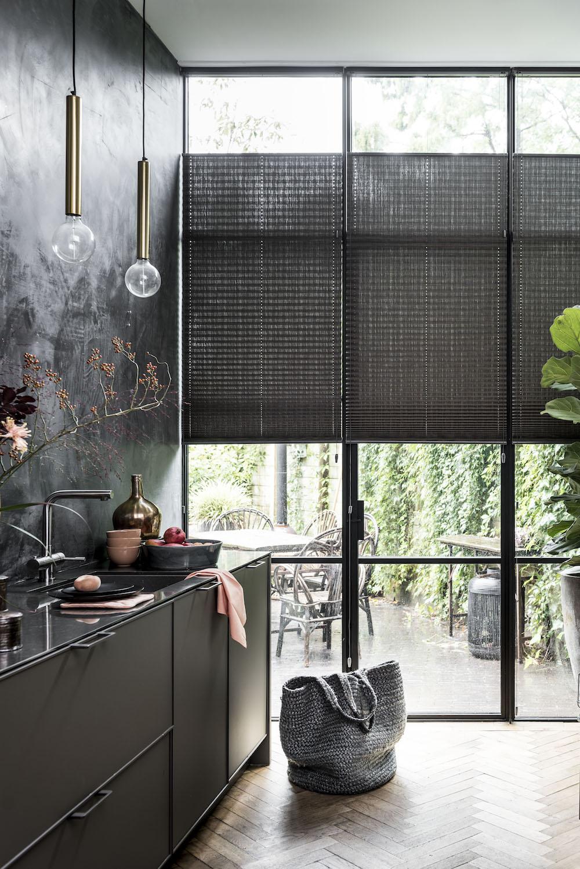 https://www.styling-id.nl/wp-content/uploads/2018/02/Styling-ID-Tips-Trends-Lichtdoorlatende-raamdecoratie-in-combinatie-met-privacy-BC-Raamdecoratie-Dupligordijnen-keuken.jpg