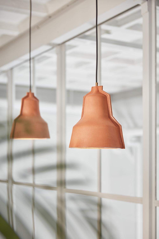 Styling ID Tips en Trends Een lamp met een verhaal Designlamp Lloyd sfeer - bruin leer - puikdesign.nl