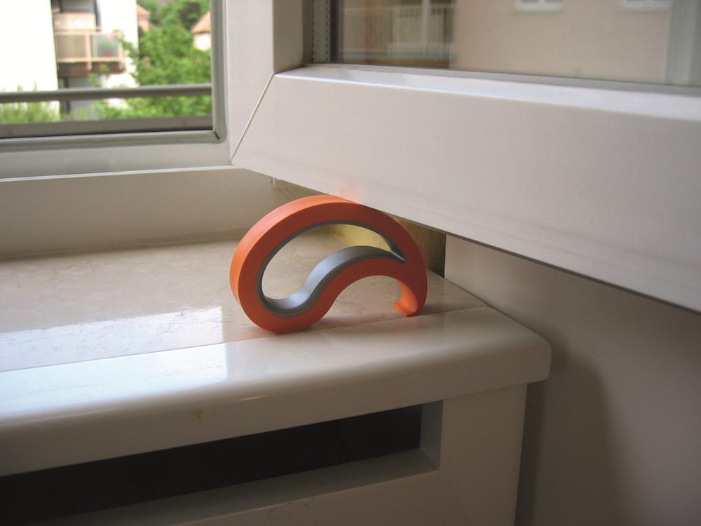 Styling ID Tips en Trends Stoppy voorkomt slaande deuren Raamstopper Stoppy oranje raam - stoppy.nl