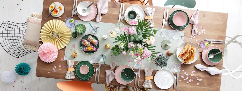 Servies in trendy kleuren een feest op tafel