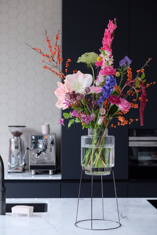 Styling ID Tips en Trends Plaats je bloemen op een voetstuk monday vase 4